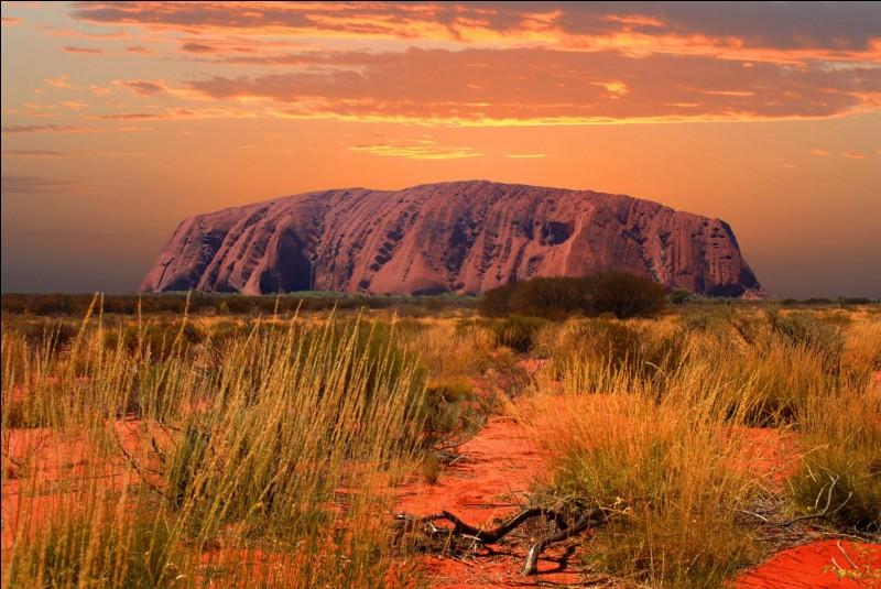U : L'Uluru est l'autre nom donné à l'Ayers Rock en Nouvelle-Zélande.