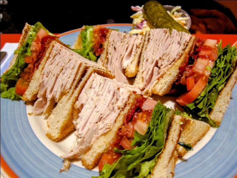 Combien d'étages, retenus par un cure-dent, le véritable club sandwich a-t-il ?