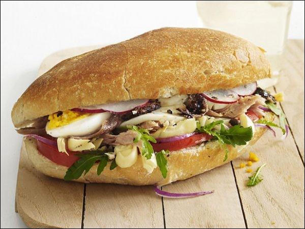 À l'origine, l'authentique pan bagnat niçois ne contenait pas de thon mais...