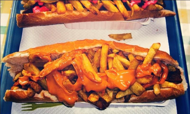 Comment appelle-t-on cette demi-baguette belge, contenant des frites, de la viande cuite et de la sauce ?