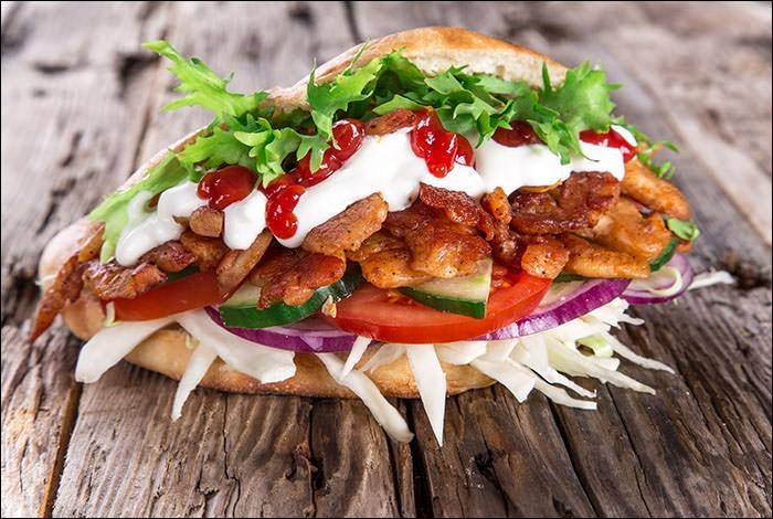 Dans quel pays est né le döner kebab, composé de pain pita, de lamelles de mouton, de frites et de salade ?