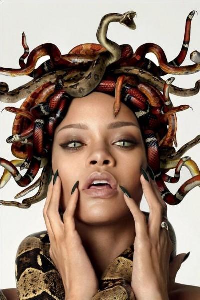 Quelle créature mythologique a une chevelure entrelacée de serpents et des yeux qui ont le pouvoir de pétrifier tout mortel qui les regarde ?