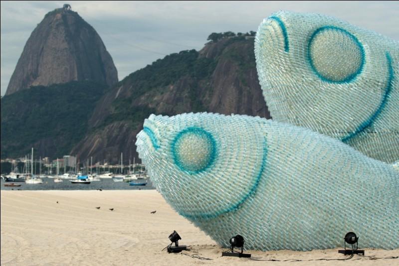 Cette sculpture a été créée sur une plage de Rio de Janeiro, mais elle est entièrement faite de bouteilles en plastique ! Alors, vraie image ou montage ?