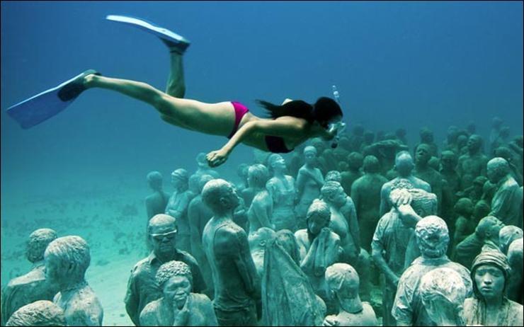 Cette femme nage au beau milieu de plusieurs corps humains sous l'eau ! Ce n'est pas possible !