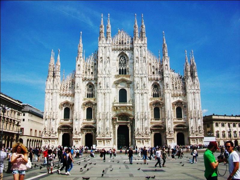 Voici le Duomo, la célébrissime cathédrale de Milan.