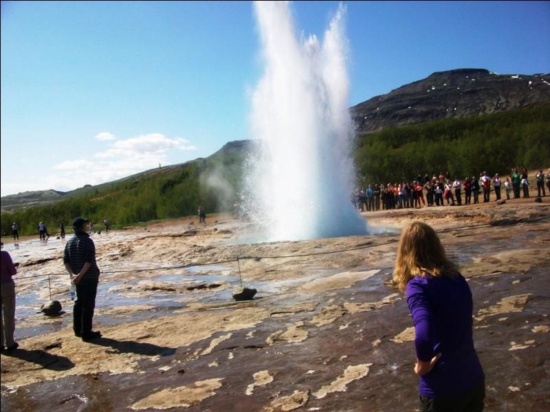 Cet impressionnant geyser se trouve dans le parc national de Yellowstone, aux États-Unis.