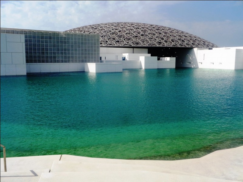 Ce bâtiment est le musée du Louvre, à Abu Dhabi.