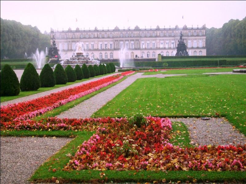 Vous aurez reconnu le château de Versailles.