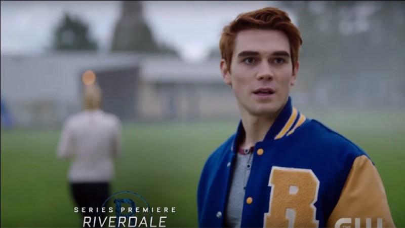 Betty tente de retrouver son frère et au même moment, les élèves de Southside High sont transférés à Riverdale High. Par qui Archie est-il contacté ?