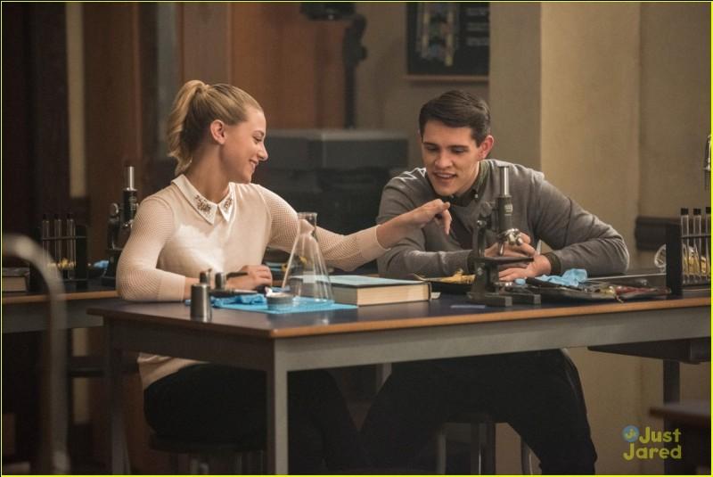 Archie craint que les Lodge aient un nouveau pion, Fred. Betty se méfiant de Chic fait appel à un ami pour se renseigner sur lui. Qui est cet ami ?