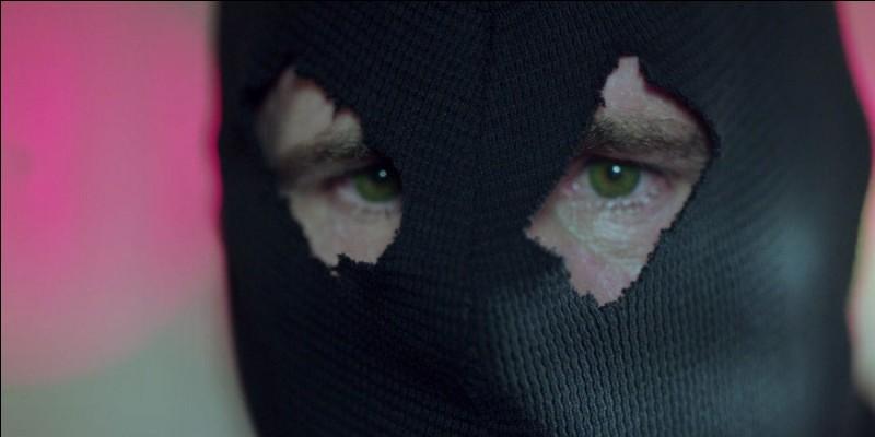"""Selon Archie, quelle est la couleur des yeux de la """"Cagoule Noire"""" ?"""