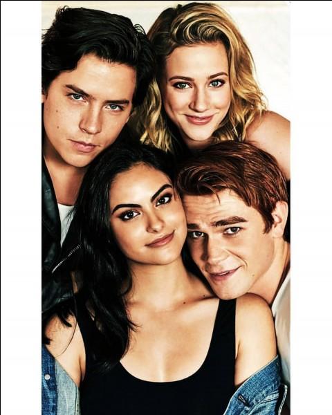 Le père de Veronica est en ville pendant que les filles de Riverdale s'unissent pour sauver Pop's. Pour qui s'inquiètent Veronica, Jughead et Betty ?