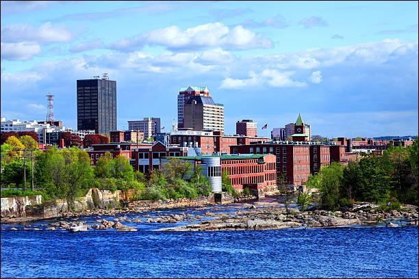 Située sur les rives du fleuve Merrimack, à 100 km au nord de Boston, elle est - avec 110 000 habitants - la ville la plus peuplée de l'État du New Hampshire. Quelle est cette ville ?