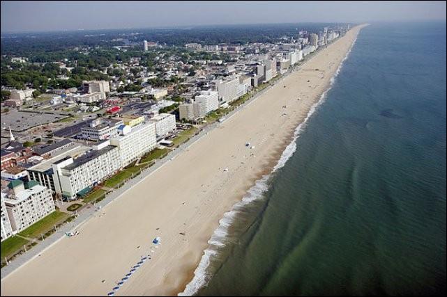 Cette station balnéaire, située au bord de l'océan Atlantique et de la baie de Chesapeake, peuplée de 450 000 habitants, est la plus grande ville de l'État de Virginie. De quelle ville s'agit-il ?