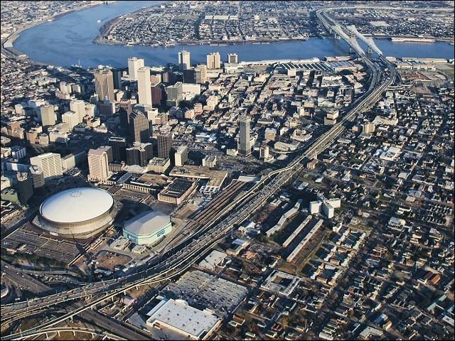Cette ville est traversée par la Mississippi. Avec 350 000 habitants et plus de un million dans son aire urbaine, c'est la plus grande ville de l'État de Louisiane. De quelle ville s'agit-il ?