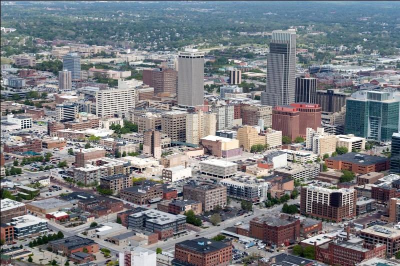 Située dans les plaines centrales du Midwest, sur la rive droite du Missouri, c'est, avec 400 000 habitants, la plus grande ville de l'État du Nebraska. Quelle est cette ville ?