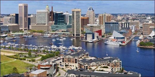 Située au fond de la baie de la Chesapeake, port important, c'est la plus importante ville du Maryland avec 620 000 habitants. De quelle ville s'agit-il ?