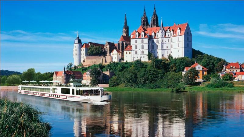 Ce fleuve vous offre l'histoire et la culture de l'Allemagne profonde et de la République Tchèque. La charmante route entre Berlin et Prague est semée de falaises escarpées, de châteaux gothiques et de monuments moyenâgeux. Les nouveaux navires sont un peu moins longs.