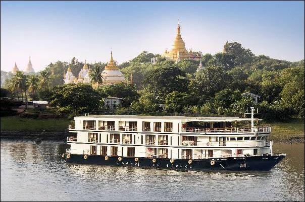 Voici l'approche pour cette croisière en Birmanie : immersion culturelle, aventures hors des sentiers battus sur de petits navires pour une expérience personnelle. Cabine avec balcon pour admirer les falaises issues du fleuve.