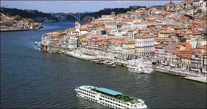 Une façon calme et paisible de découvrir les beautés du Portugal. Ce fleuve, prend sa source dans la Sierra, en Espagne, pour se jeter dans l'Atlantique, à Porto, la plus ancienne région vinicole qui soit connue, ayant cette qualification depuis 1756.