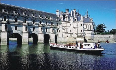 Ici, il faudra opter pour de plus petits bateaux, sans compromis pour le confort.Pour les amateurs d'histoire ou d'architecture, de promenades dans de magnifiques jardins, cette vallée est réputée pour ses nombreux châteaux. Cette croisière saura aussi vous charmer par ses cathédrales gothiques surplombant les cités médiévales de Migennes, Auxerre et Sens.