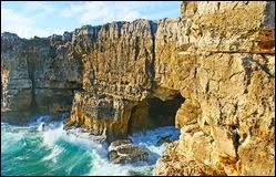 Comment les Portugais de la région de Cascais appellent-ils cette ouverture creusée dans la falaise ?