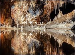 Auréolée du titre de la grotte la plus colorée du monde, la grotte des fées de Saalfeld se situe ...
