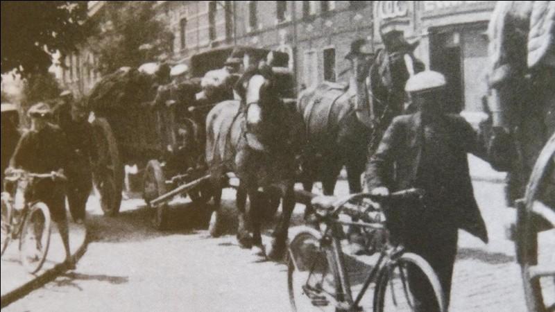 Suite à cela, les civils français fuient le nord par les routes et les trains qui sont rapidement saturés. Quel est le nom de cette autre période ?