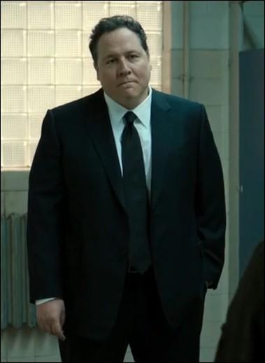 Comment s'appelle l'officier de liaison qui doit garder un œil sur Peter ?