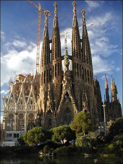 La Sagrada Familia. Combien de clochers (tours) avaient été prévu(e)s initialement par Gaudi ?