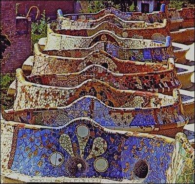 Gaudí a également participé à la réalisation du site où se trouve cette œuvre. Il s'agit :