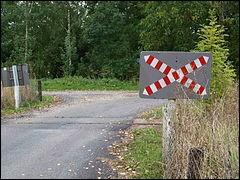À hauteur de ce passage à niveau, je rencontre ce panneau.Quelles autres signalisations aurais-je pu rencontrer en amont ?