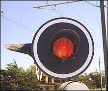 Si le passage à niveau en est équipé, le feu rouge se met à clignoter et la sonnerie à retentir environ :