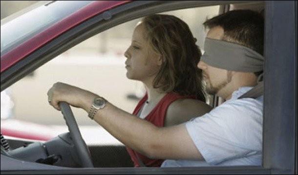 Aux Etats-Unis, en Alabama, il est interdit de conduire avec les yeux bandés !