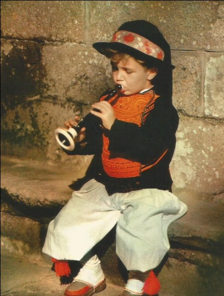 """Ce jeune breton en costume traditionnel de """"bigouden"""" joue de quel instrument ?"""