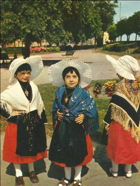 Ces petites filles sont en costume régional de la côte...