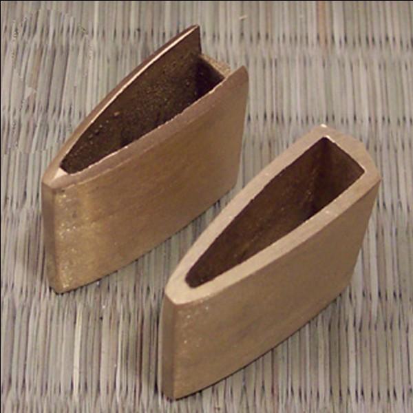 La pièce métallique située à la base de la lame qui sert à maintenir le sabre dans le fourreau s'appelle :