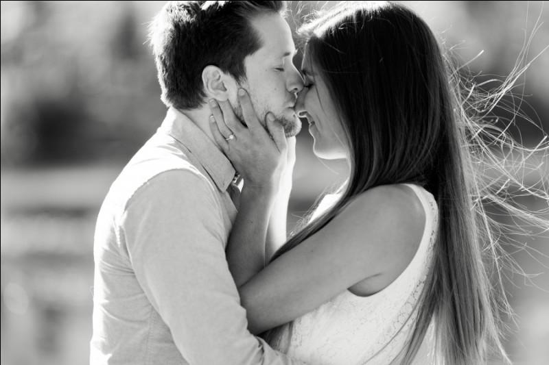 Comment sont les amoureux face au monde, selon l'expression ?