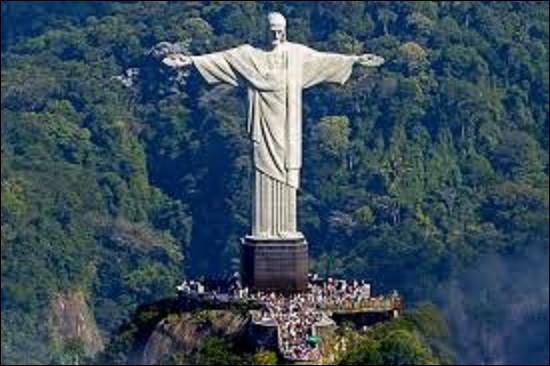 Monument : statue mesurant 38 m de haut, avec son piédestal, ''Le Christ Rédempteur'' domine la ville de Rio de Janeiro au Brésil, du haut du mont Corcovado. Conçue par l'ingénieur brésilien Heitor da Silva, sa construction débuta en 1926, pour se terminer en 1931. Sa tête est l'oeuvre du sculpteur roumain Gheorghe Leonida, tandis que le reste est dû à un sculpteur français. Quel est son nom ?