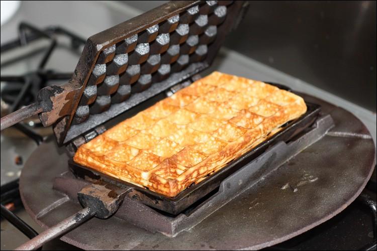 'Moule à gaufres', (un classique). La gaufre est une pâtisserie typique de quel pays ?