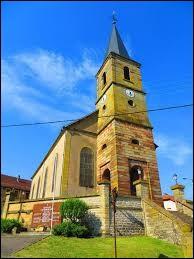 Voici l'église Notre-Dame de Leyviller. Village de l'ancienne région Lorraine, il se situe dans le département ...