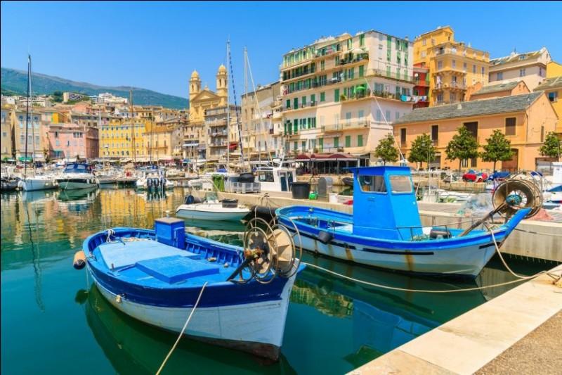 Pour terminer ces vacances tu vas, avec ta famille, en Corse. Pourquoi devez-vous prendre l'avion ou le bateau ?