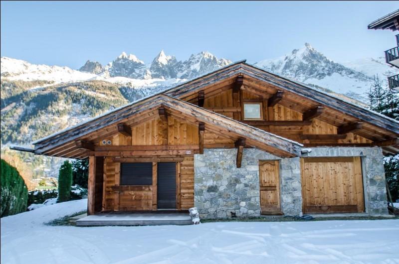 Après la mer, la montagne ! Voici le chalet où tu vas séjourner quelques jours. Quel est le plus haut sommet de la chaîne des Alpes ?