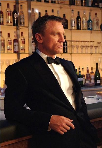 Daniel Craig, né le 2 mars 1968, a été le sixième acteur à interpréter James Bond au cinéma, Dans quel film incarne-t-il pour la première fois James Bond ?