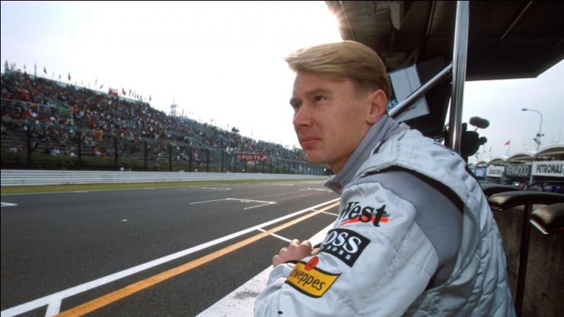 Qui est ce pilote automobile finlandais, né le 28 septembre 1968, qui a remporté le titre de champion du monde de Formule 1 en 1998 et 1999 ?