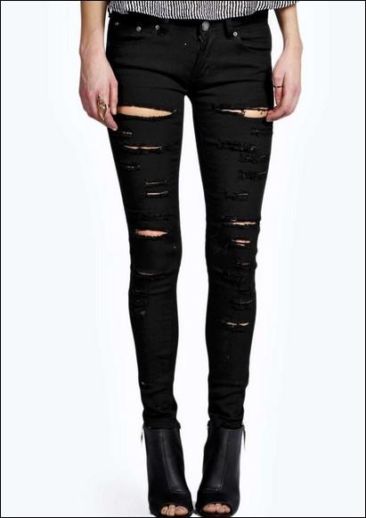 Dans une de ses tenues, Jimin porte un jean noir avec des petits trous.