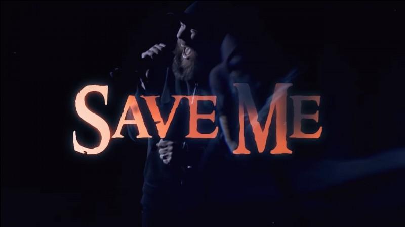 Derrière qui, y a t-il 'Save me'' écrit sur un mur ?