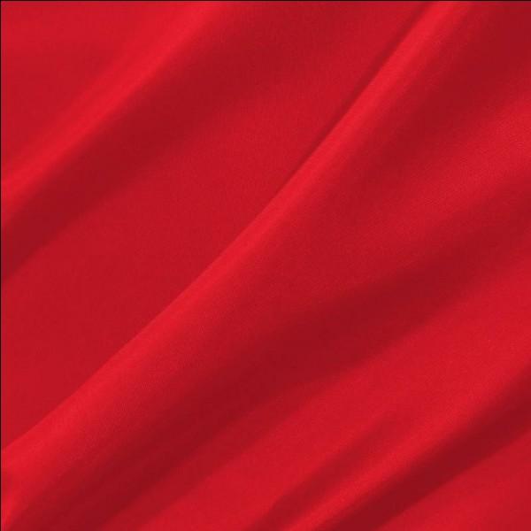 Qui porte une veste rouge pailletée ?