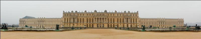 Quel roi a fait transformer un modeste pavillon de chasse construit au sommet du plateau de Versailles en un magnifique château ?