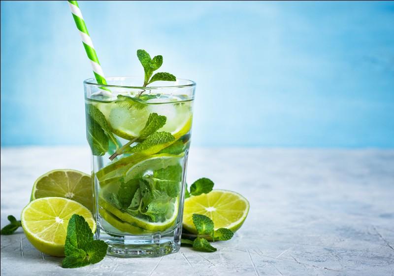Pour commencer, le cocktail est offert par la maison ! Le chef a fait macérer les feuilles de menthe dans l'alcool dont je tairai le nom, et n'a pas oublié le citron vert et l'eau gazeuse !